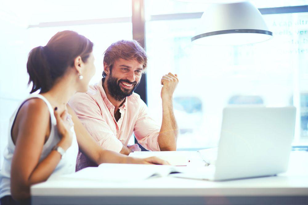 colegas de trabalho discutindo sobre inovação no varejo