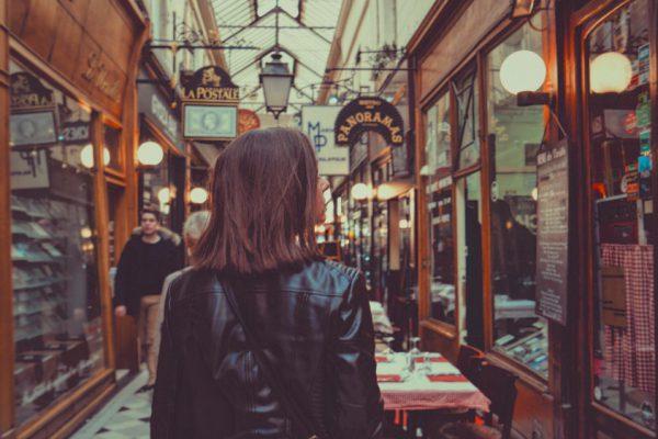 mulher passeando em lojas locais