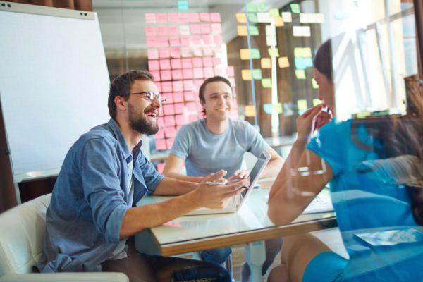 3 pessoas estudando estratégia para marketing de varejo