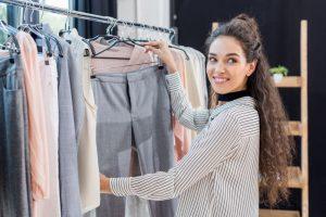 mulher procurando roupa em uma guide shop