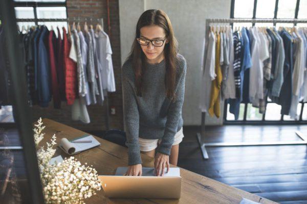 lojista no computador pensando em estratégias de marketing de varejo
