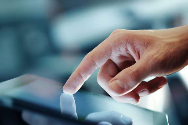 pessoa tocando tablet como inovação no ponto de venda