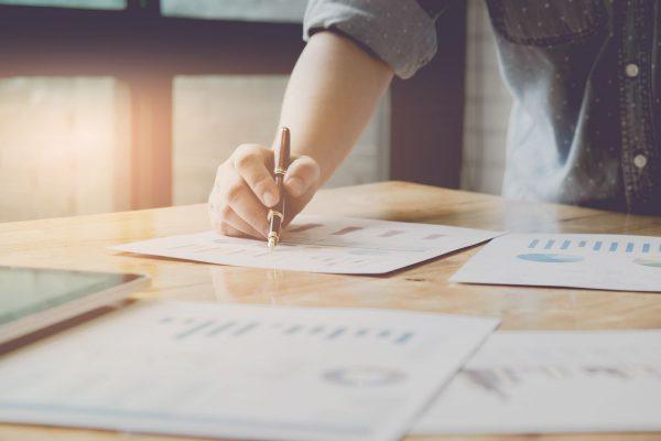 Mulher planejando e analisando resultados