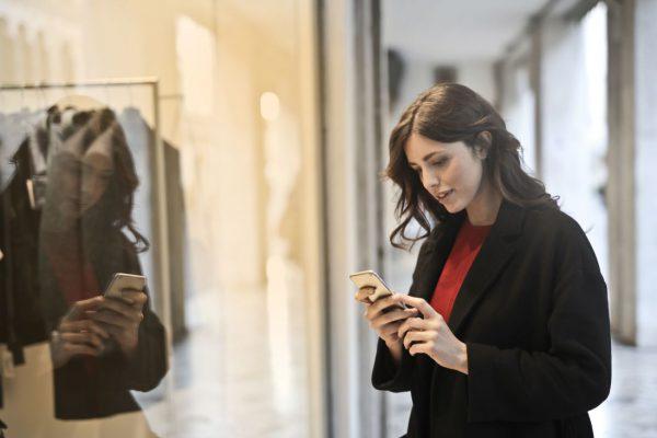 Desafio do varejo: mulher usando smartphone dentro da loja