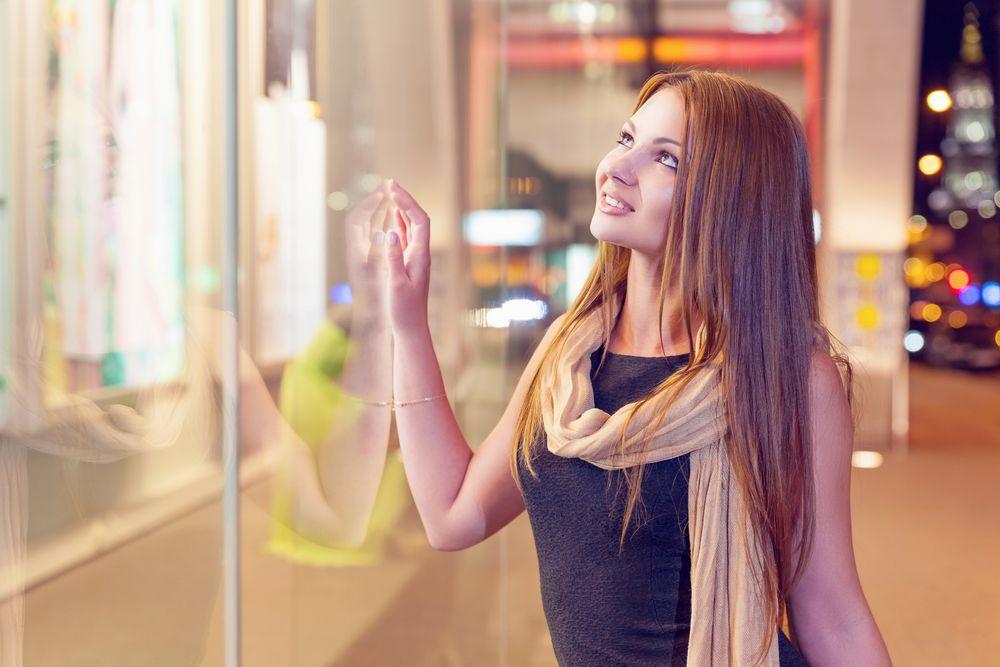 marketing sensorial mulher tocando uma vitrine