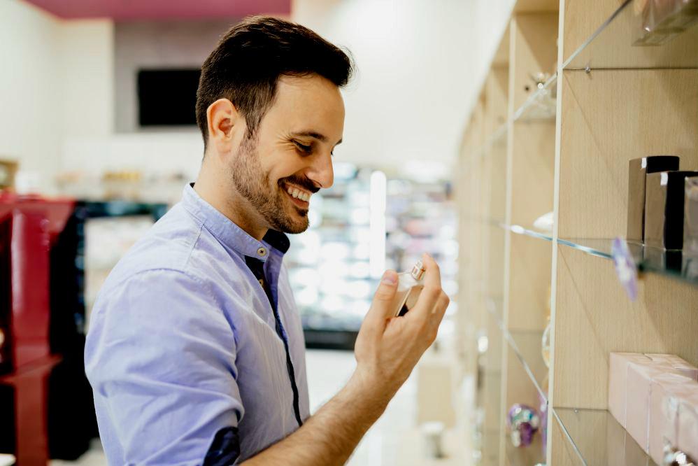 Homem analisando produtos na prateleira
