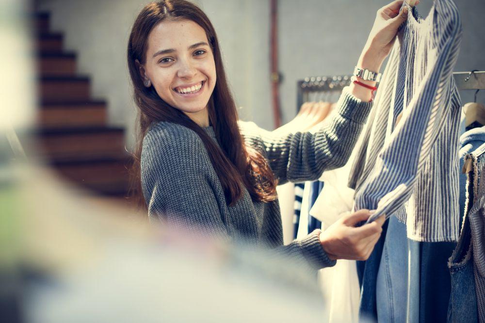 Mulher buscando roupas