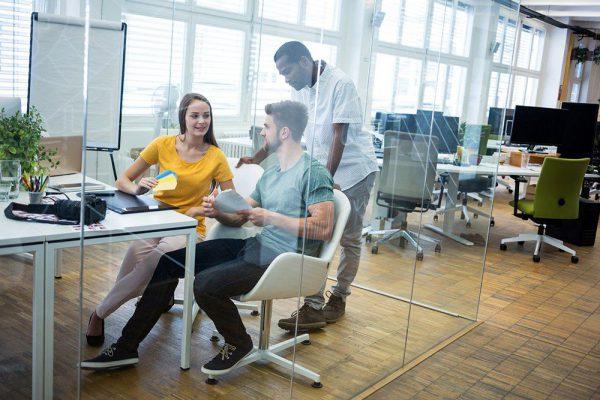 Pessoas conversando e pensando em inovações