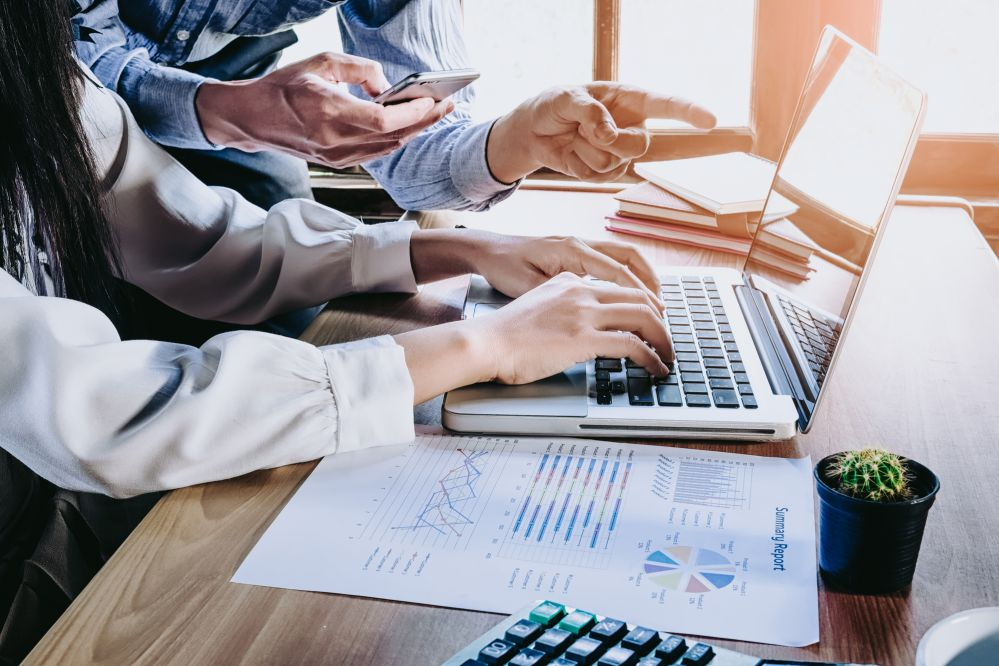 Profissionais analizando dados e pensando BI