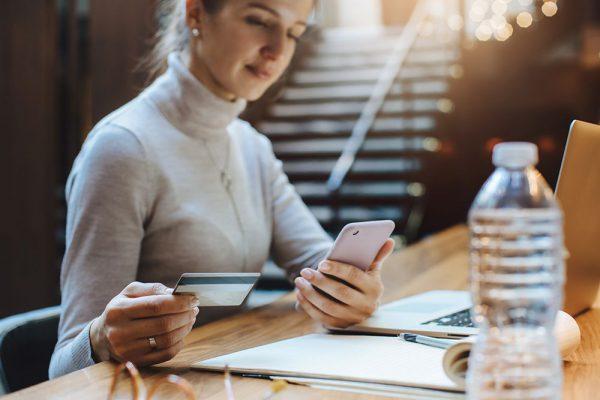 Mulher usando smartphone em ponto de venda virtual