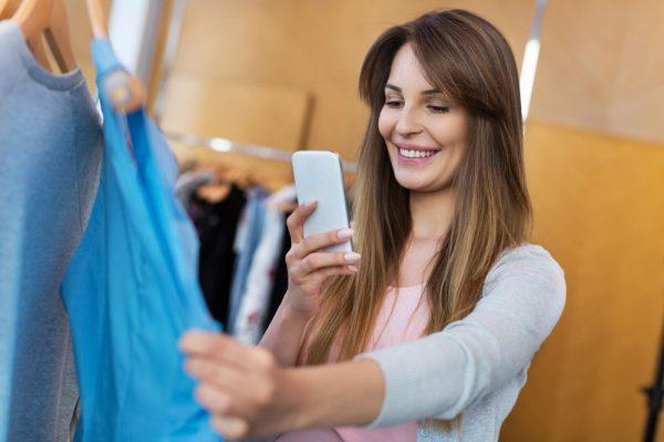Mulher com smartphone na loja