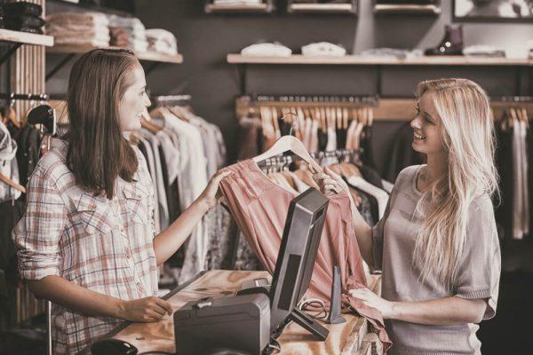 Mulheres experimentando loja com design atraente