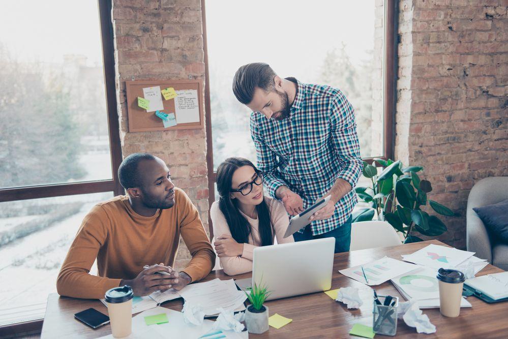 Grupo de pessoas criando estratégia para lançamento de produto