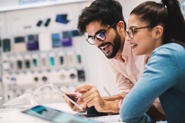 Homem e mulher em lojas utilizando internet das coisas