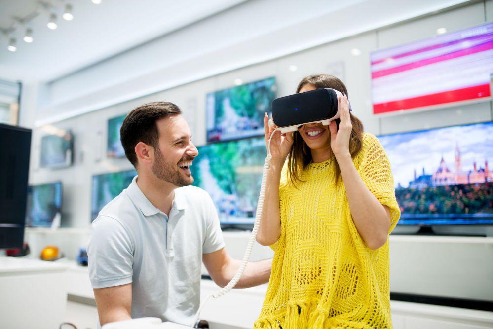 homem e mulher utilizando tecnologia na loja