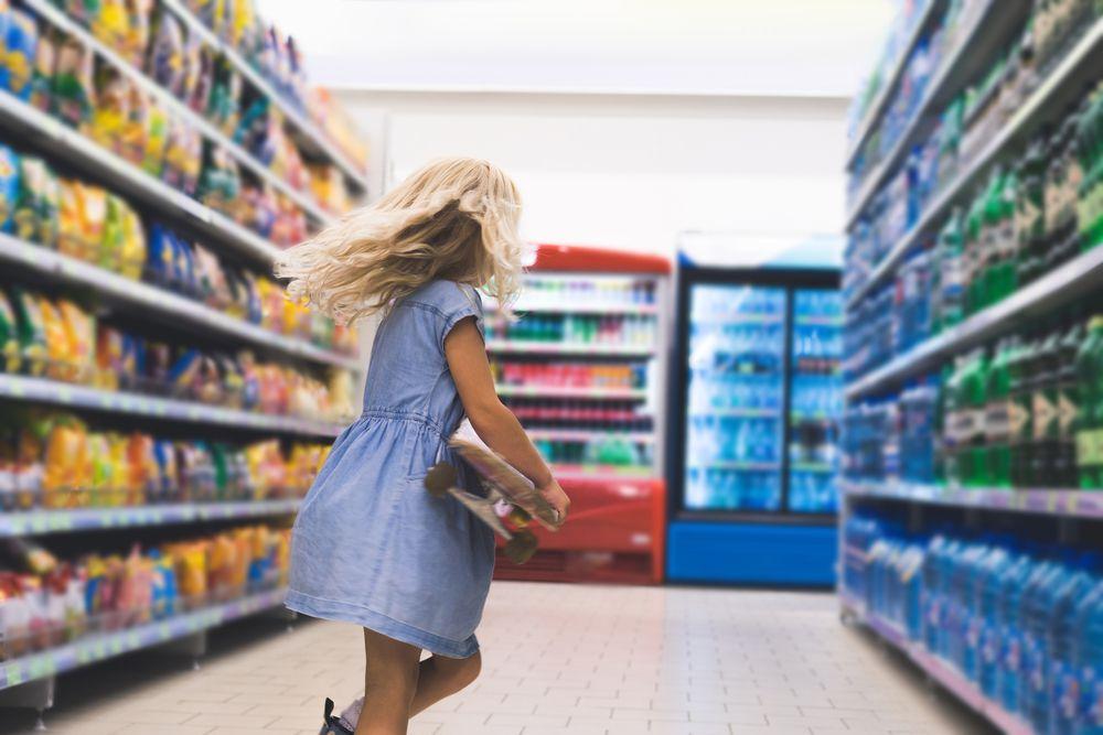 imagem de uma menina dentro do supermercado