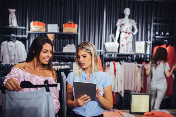 mulheres fazendo compras em loja de shopping
