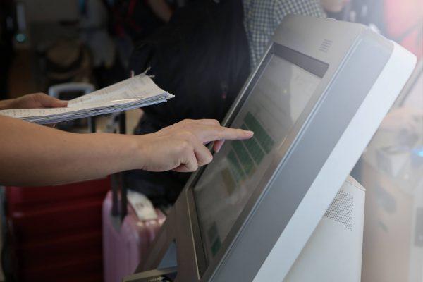 imagem pessoa tocando a tela de um computador