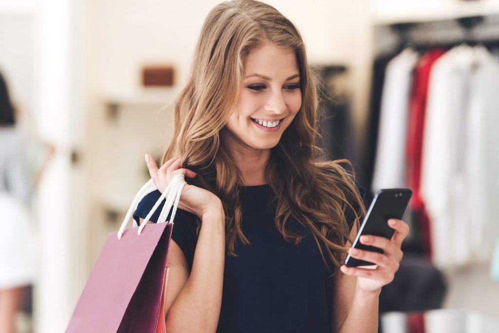 mulher comprando utilizando celular