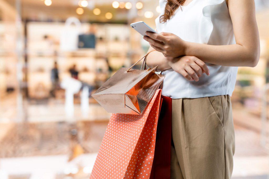 pessoa retirando compra online na loja