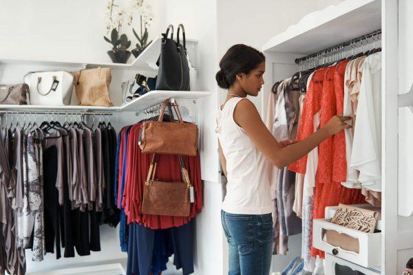 mulher buscando roupas na loja dentro do planograma